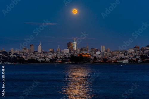 Foto op Aluminium New York Panorama of moonrise above San Francisco Downtown viewed from Marina District