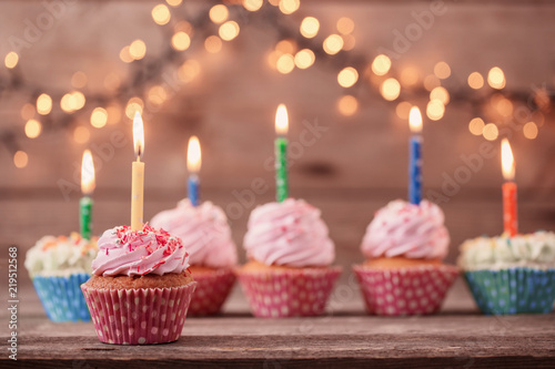 Fotomural  cupcakes on dark old wooden background