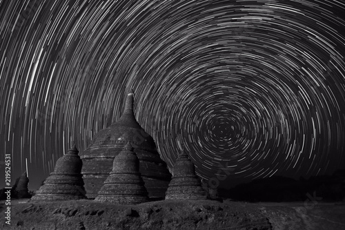Fototapeta Black and white photography of long exposure image showing star trails over Rata