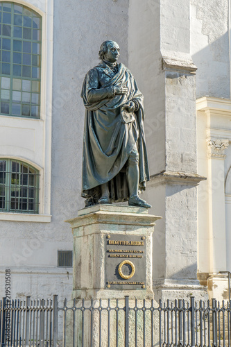 Deurstickers Artistiek mon. Monument to Johann Gottfried Herder in front of the town church in Weimar