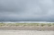 Sanddüne mit tiefhängenden Wolken