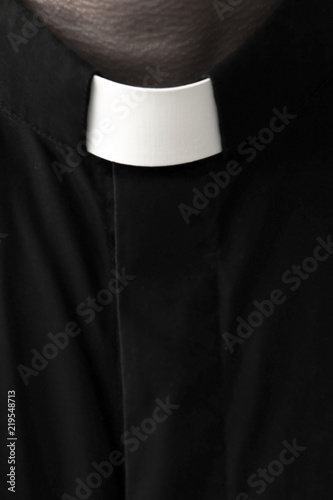 Fotografia Priest on a dark background. Close-up.