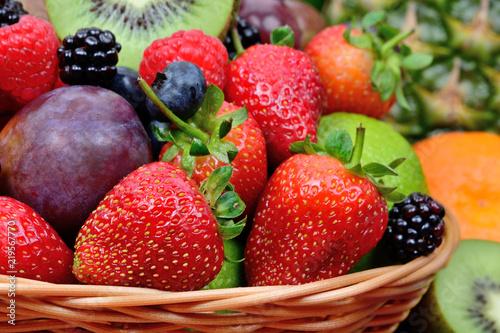 Fototapeta owoce owoce-w-koszu-wiklinowym
