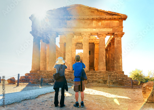 Fotografiet Couple taking photos of Temple of Concordia in Agrigento Sicily