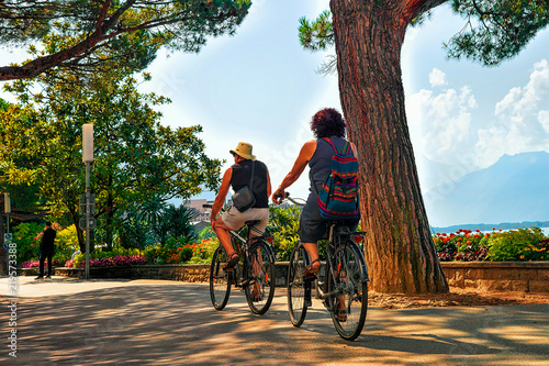 Foto Couple riding bicycle embankment of Geneva Lake Montreux Riviera