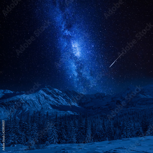 Foto auf AluDibond Gebirge Falling star and Tatras Mountains in winter at night, Poland