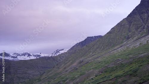 Foto op Aluminium Aubergine Mitternachtssonne über den Bergen in den Ostfjorden - Island