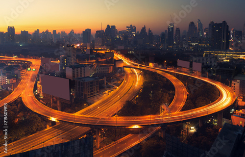 Photo  Bangkok cityscape at morning with traffic on highway with cars