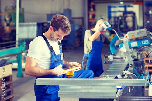 Foto two worker in factory