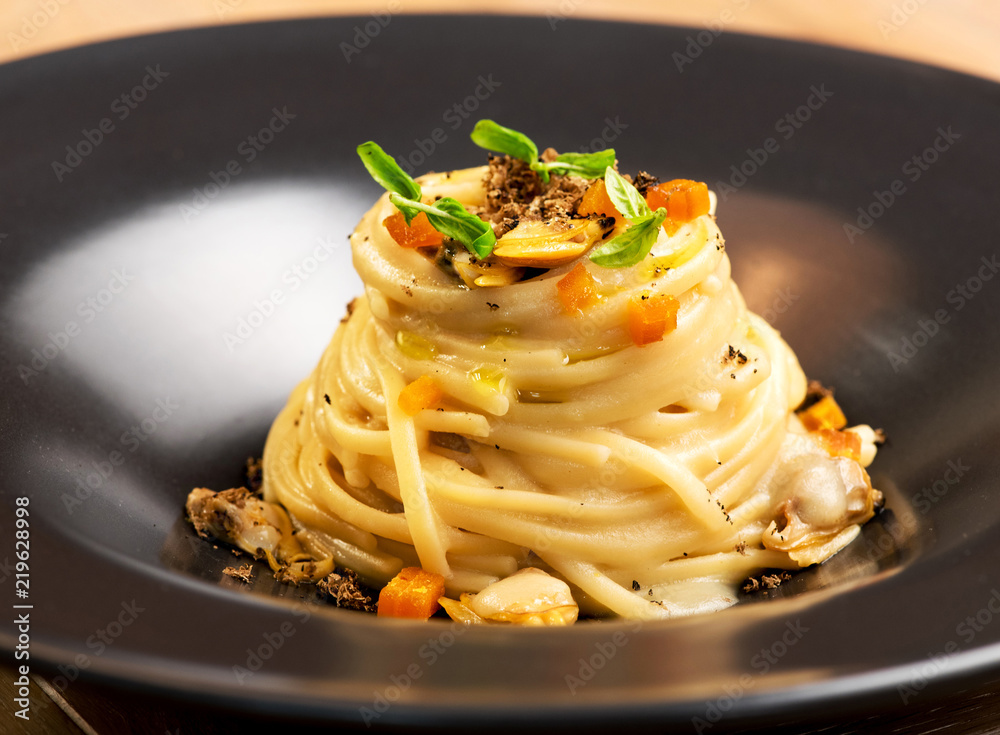 Fototapety, obrazy: Gourmet appetizer with linguine, clams and truffle