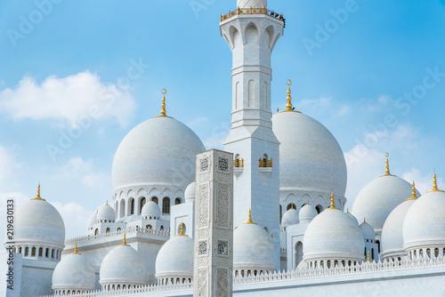 In de dag Abu Dhabi Kuppeln Sheikh Zayed Moschee in Abu Dhabi