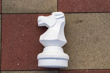 Schachfigur Pferd auf outdoor Spielfeld