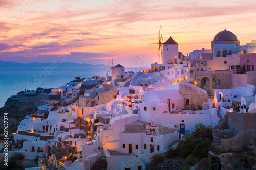 La pose en embrasure Santorini View of Oia the most beautiful village of Santorini Island in Greece.