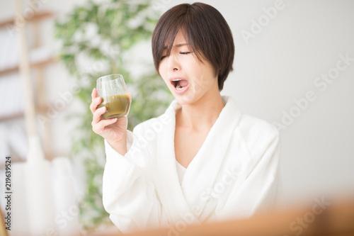 Photo 野菜ジュース・女性・バスローブ