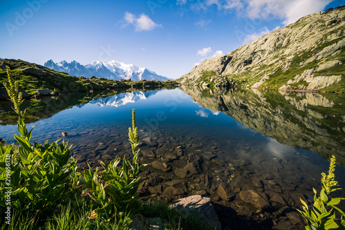 Photo Stands Salmon Mountain Lake de Chéserys Reflecting Iconic Mont-Blanc Snowy Peaks on a Sunny Day