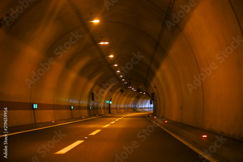 Papiers peints Tunnel Curved empty highway tunnel