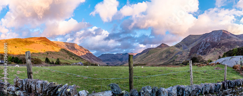 Photo  View of Nant Ffrancon Pass at Snowdonia National Park,with mount Tryfan in backg