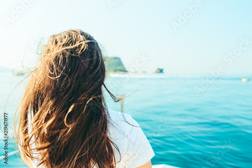 Photo young pretty woman at boat nose sea with mountains and island on background