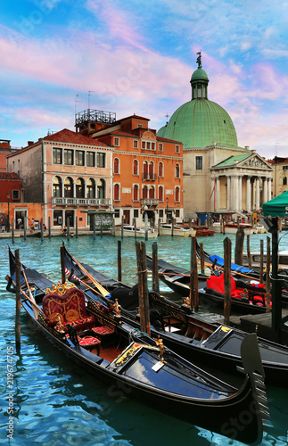 Foto op Plexiglas Venetie Gondolas with San Simeon Piccolo church in background in Venice, Italy