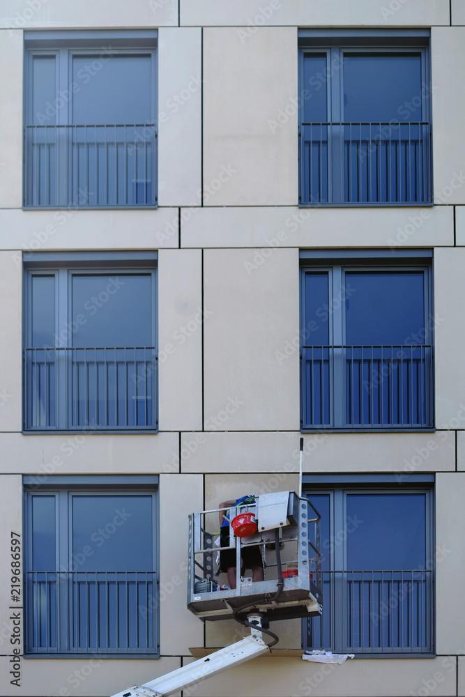Photo & Art Print Fensterputzer putzt Fenster / Ein Fensterputzer ...