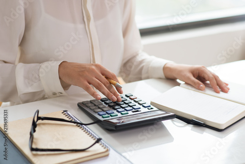 Closeup of woman calculating expenses Fototapete