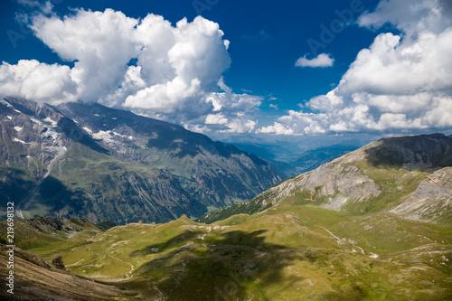 Foto auf Gartenposter Gebirge Alpine valley on a beautiful summer day