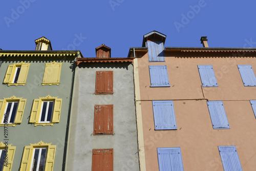 Foto op Aluminium Zalm Façades et volets colorés d'Ax-Les-Thermes