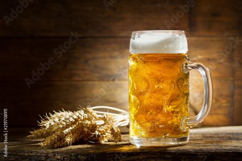 Foto auf Gartenposter Bier / Apfelwein mug of beer with wheat ears