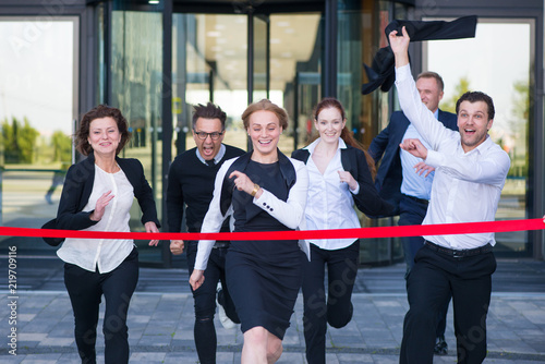 Fotomural Business people crossing the finish line