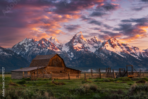 Fototapeta Morning light over John Moulton Barn at the Grand Tetons National Park