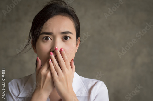 Photo  woman with shocking mood; portrait of shocked, stunned, fear, scared asian woman