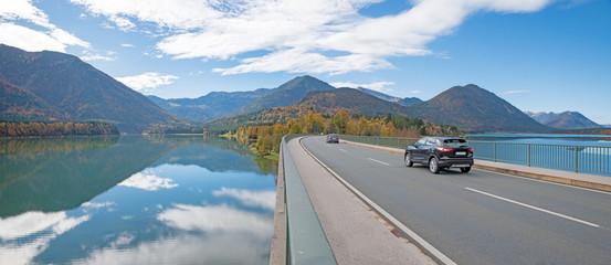 Autofahrt über die Sylvensteinbrücke ins Karwendel
