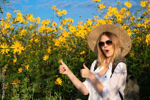 Fotografía  Positive successful girl in yellow colors