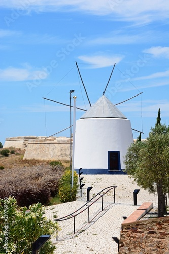 Photo Whitewashed traditional windmill at the top of the hill by the St Anthonys chapel, Castro Marim, Algarve, Portugal