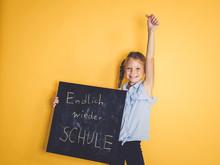 Schulkind Hält Schild Oder Tafel Mit Der Aufschrift Endlich Wieder Schule Vor Hintergrund Zum Schulbeginn