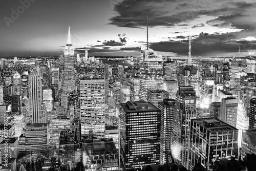 Nocny widok Manhattanu z tarasu widokowego wieżowca. Nowy Jork.