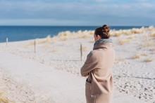 Frau Macht Einen Spaziergang Durch Die Dünen Im Winter