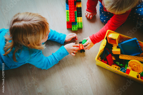 Fotografia  kids play with plastic blocks, learning concept