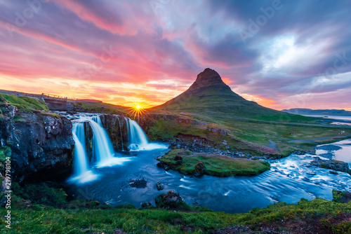 Foto auf Gartenposter Gebirge Colorful sunrise on Kirkjufellsfoss waterfall. Amazing morning scene near Kirkjufell volkano, Iceland, Europe.
