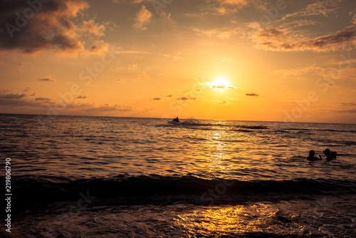 In de dag Ochtendgloren sunset on the sea coast