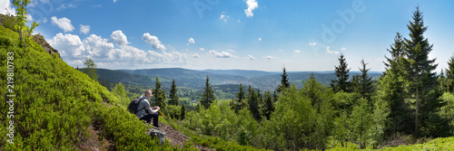 Obraz Panorama Thüringer Wald mit Wanderer - fototapety do salonu