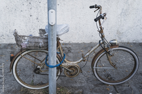 In de dag Fiets Vintage bicycle parking with shopping basket