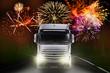 Lastkraftwagen bei Nacht mit Feuerwerk im Hintergrund