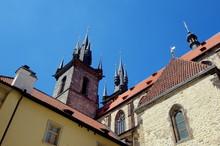 Kościół Marii Panny Przed Tynem - Wieża Gotyckiego Kościoła Widziana Z Ciasno Zabudowanej Starówki Pragi, Stolicy Czech