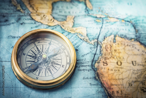 Fotomural Magnetic compass on world map