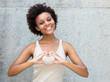 canvas print picture - Junge Frau aus Afrika zeigt Herz