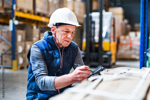 Fotografía  Portrait of a senior male warehouse worker or a supervisor.