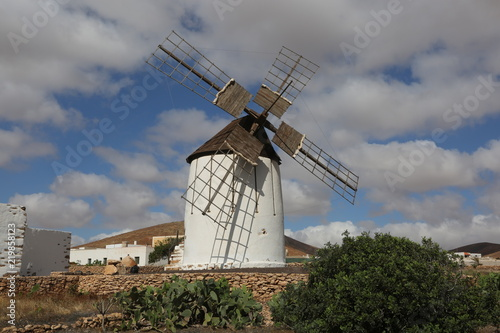 Papiers peints Moulins Un moulin à vent traditionnel de l'île canarienne de Fuerteventura, dans la commune de Tuineje