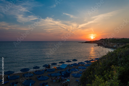 Photo Majestic sunset view with beautiful colors from Ammes beach in Argostoli Kefalon