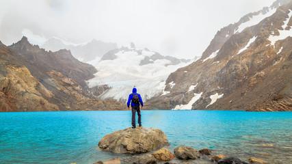 Homme randonnée montagne TreK Hike Chili Torres Del Paine